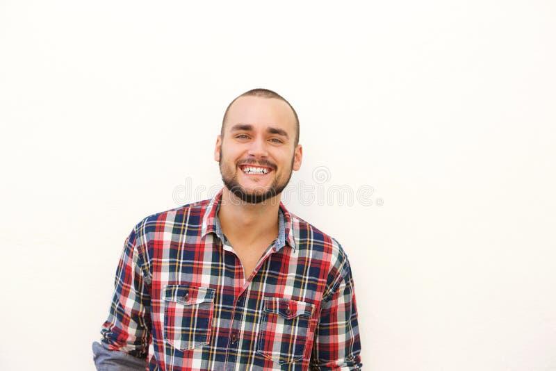Individuo hispánico feliz en camisa de tela escocesa foto de archivo libre de regalías