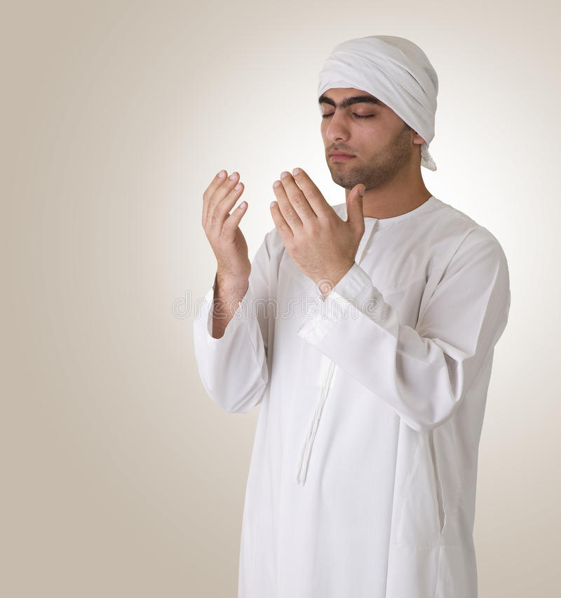 Individuo islámico árabe que ruega foto de archivo
