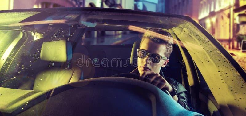 Individuo joven cansado que conduce un coche foto de archivo libre de regalías