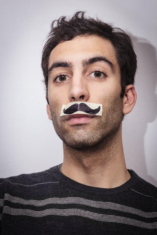 Individuo joven con los bigotes falsos imagenes de archivo