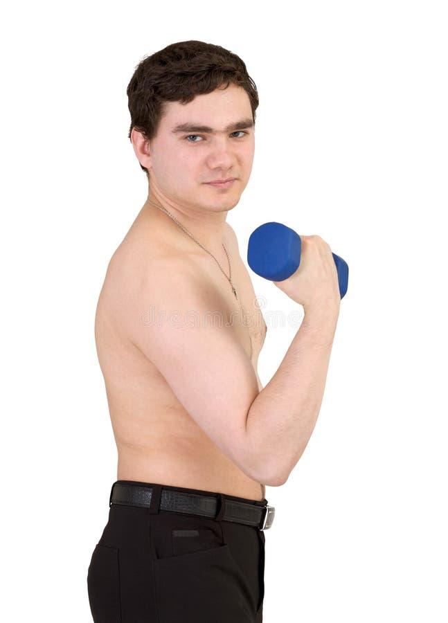 Individuo joven con pesa de gimnasia en una mano en blanco