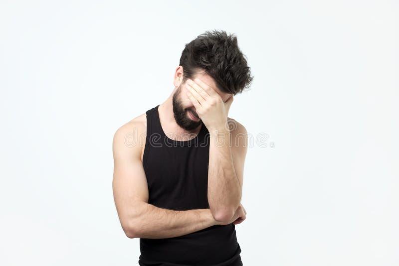 Individuo joven con una cara de las cubiertas de la barba con su imponer y miradas fotografía de archivo