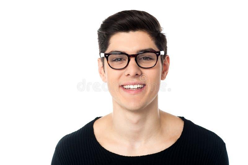 Individuo joven hermoso fresco sonriente en lentes fotografía de archivo