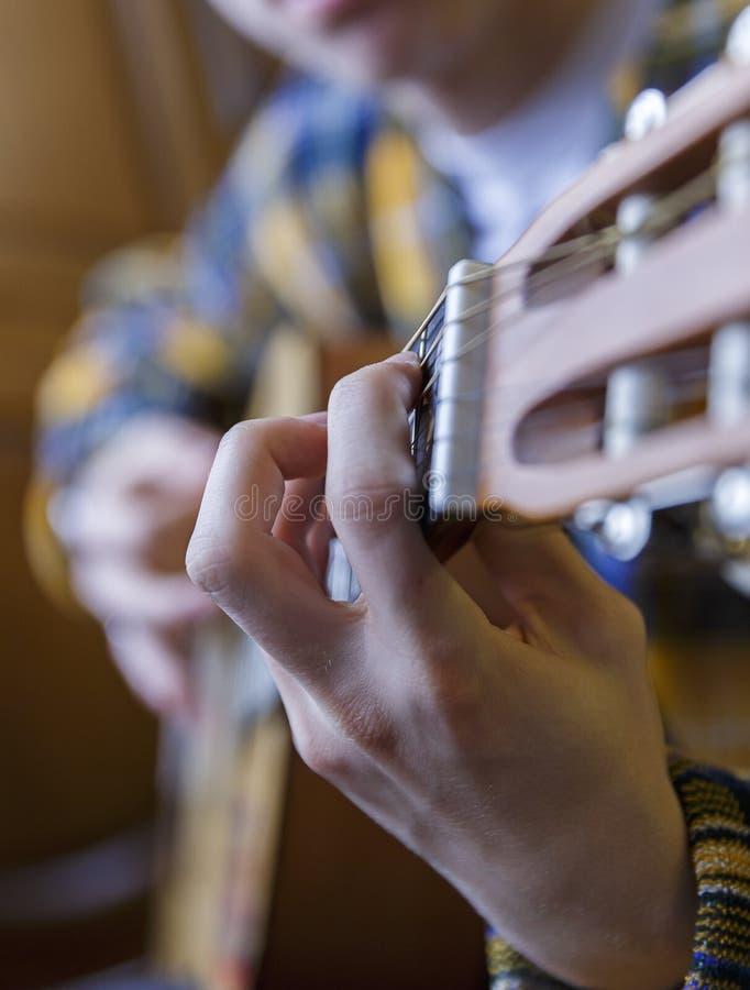 Individuo joven que toca la guitarra clásica imágenes de archivo libres de regalías