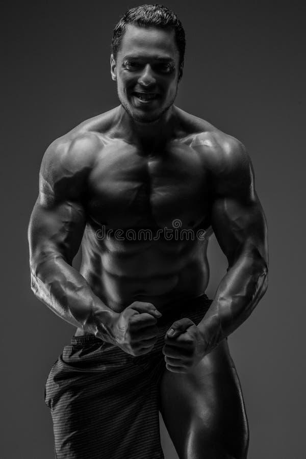 Individuo muscular impresionante que presenta en estudio foto de archivo libre de regalías
