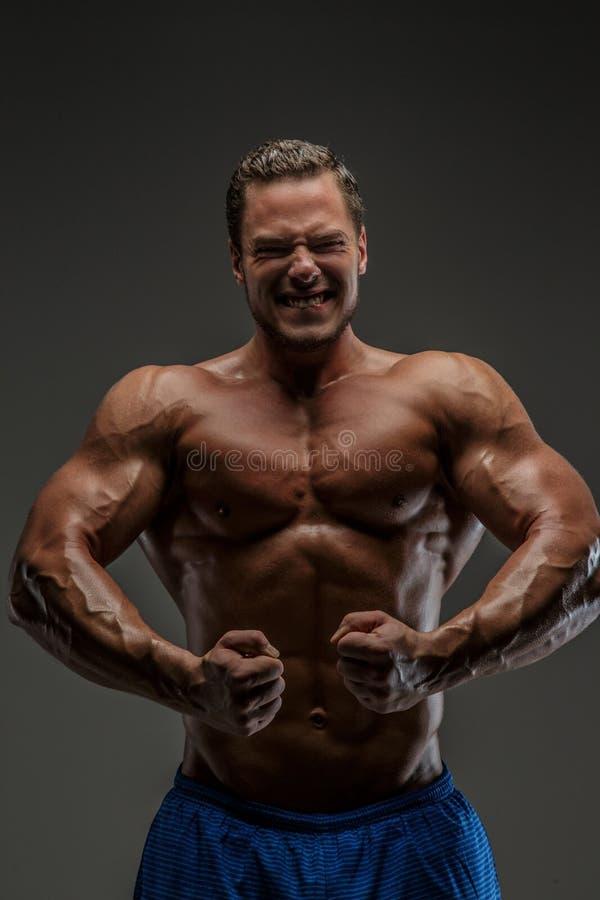 Individuo muscular que presenta en estudio imagen de archivo