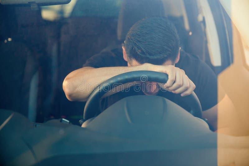 Individuo muy trastornado dentro de un coche foto de archivo libre de regalías