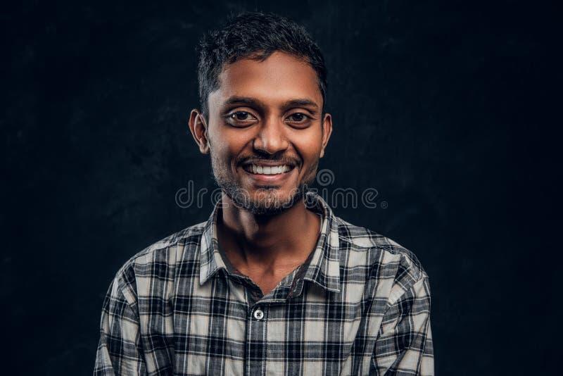 Individuo pelado oscuro joven en camisa que sonríe y que presenta cercano para arriba imágenes de archivo libres de regalías