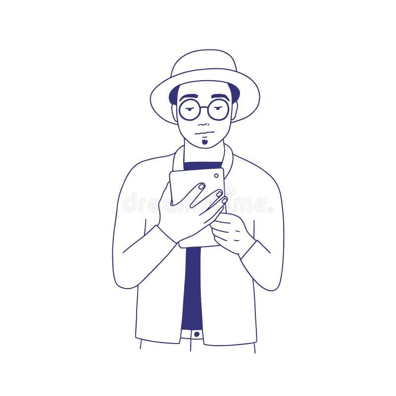 Individuo pensativo vestido en la ropa de moda que lee el eBook Retrato de la mano del hombre joven elegante con los vidrios y el stock de ilustración