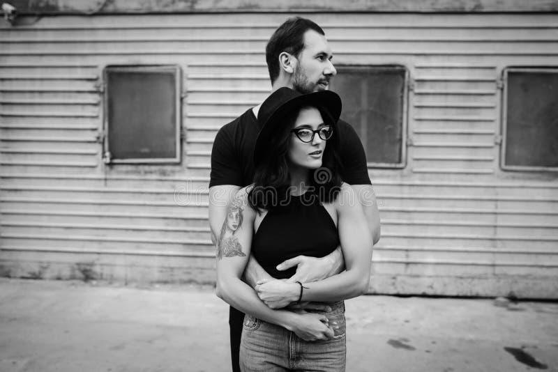 Individuo que abraza a su novia de detrás foto de archivo libre de regalías
