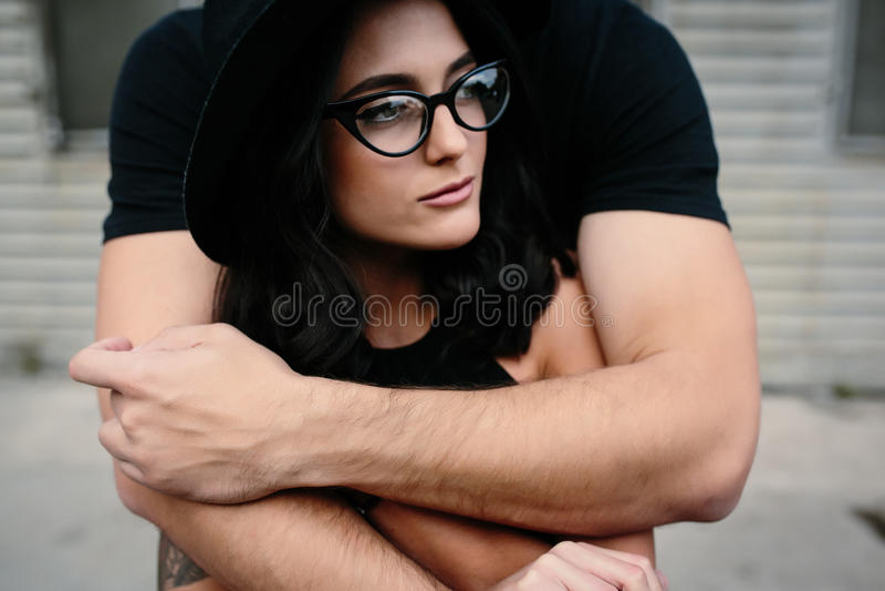 Individuo que abraza a su novia de detrás fotos de archivo libres de regalías