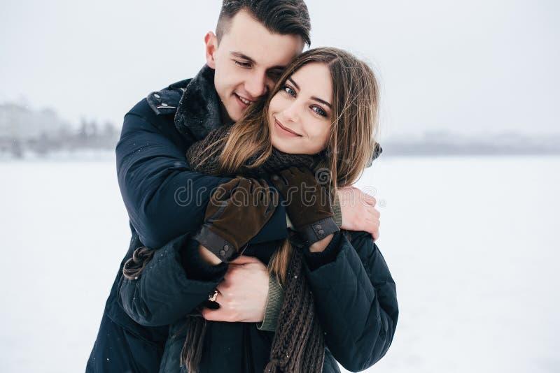 Individuo que abraza a su novia de detrás fotografía de archivo libre de regalías