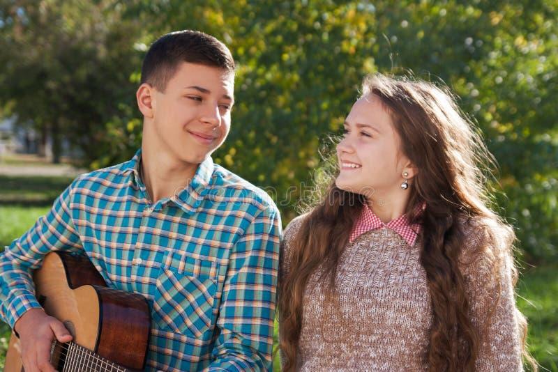 Individuo que canta con una guitarra foto de archivo libre de regalías