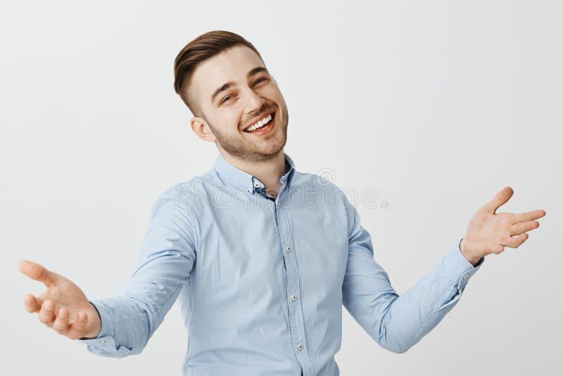 Individuo que es mejor amigo contento del saludo que felicita con el gran negocio que aumenta las palmas en gesto de la cálida bi imagen de archivo libre de regalías