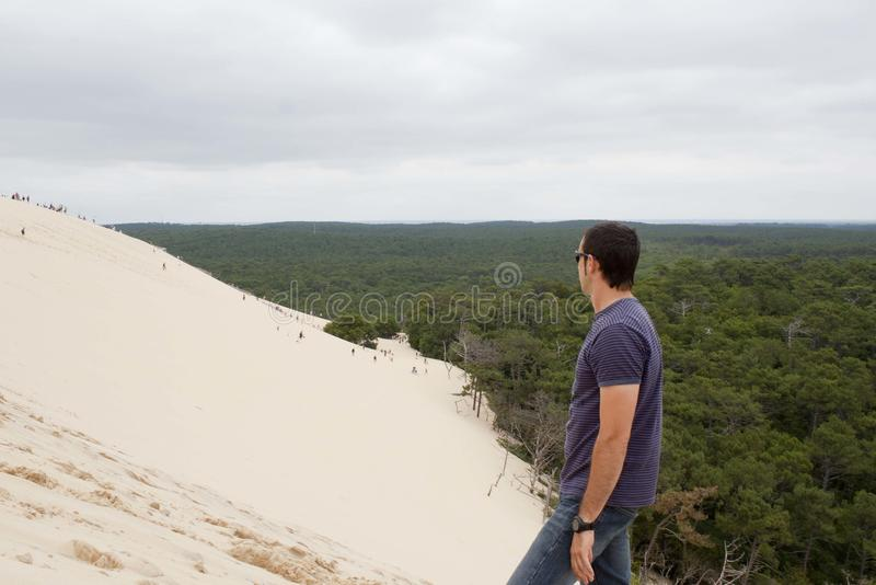 Individuo que mira a la gente que va abajo de la duna de Pilat imagen de archivo libre de regalías