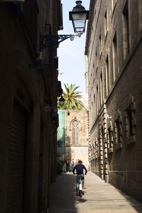 Individuo que monta un bycicle en Barcelona, España foto de archivo libre de regalías