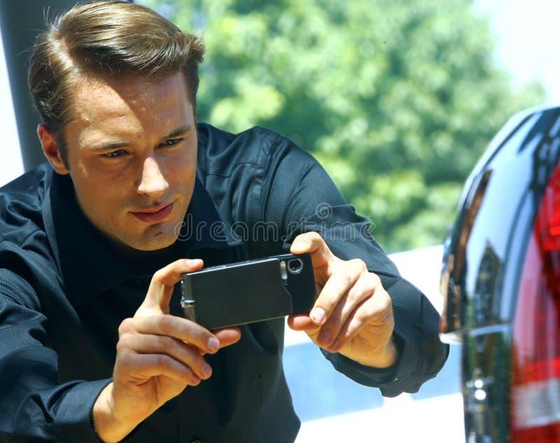 Individuo que toma la foto con el teléfono móvil imagenes de archivo