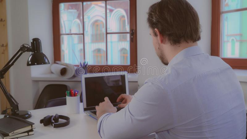 Individuo que trabaja en tiempo del día foto de archivo libre de regalías