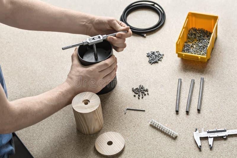 Individuo que usa la llave en taller foto de archivo libre de regalías