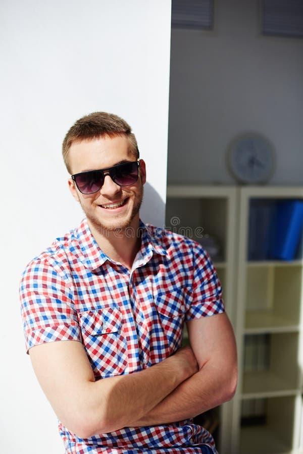 Individuo sonriente foto de archivo