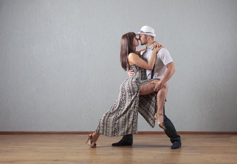 Individuo y muchacha en el movimiento de la danza fotos de archivo libres de regalías