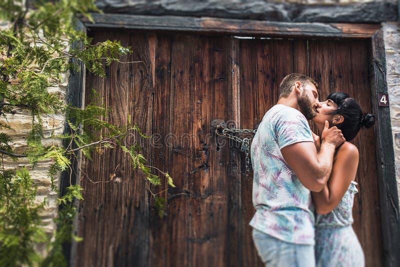 Individuo y muchacha que se besan en la calle imágenes de archivo libres de regalías