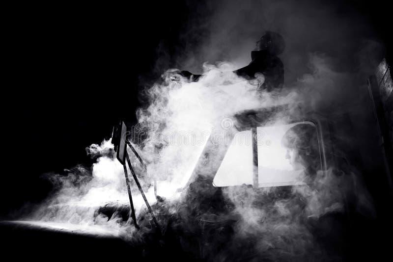 Individuos en coche por completo del humo fotos de archivo libres de regalías