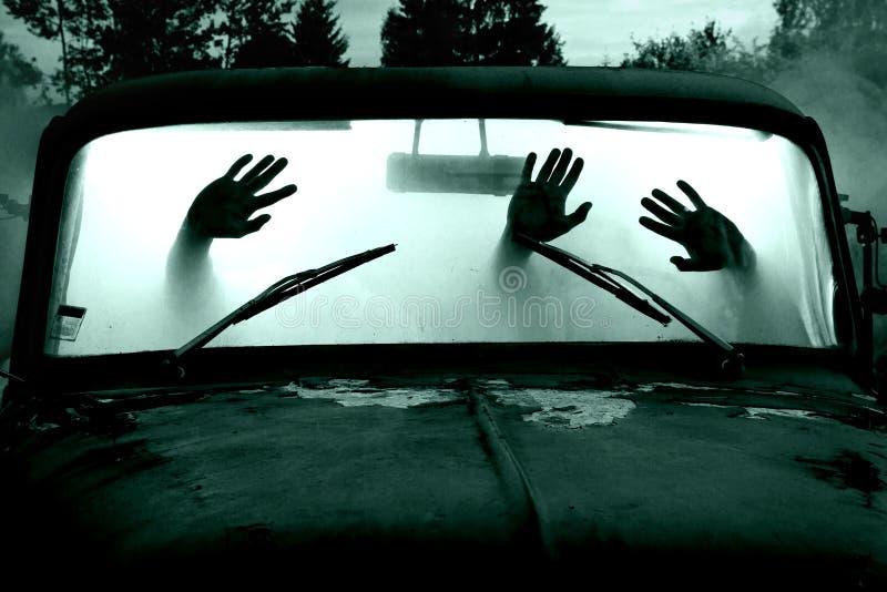 Individuos en coche por completo del humo imagen de archivo libre de regalías