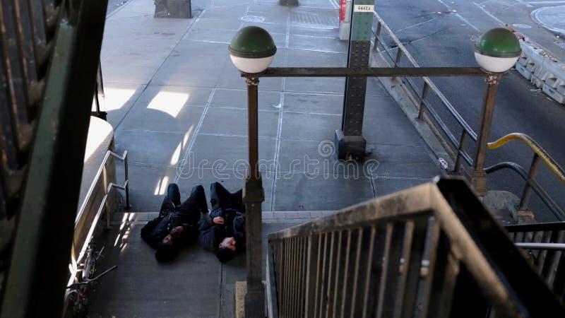 Individuos en la entrada del subterráneo, NYC imagenes de archivo