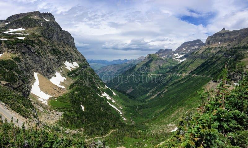 Indo à estrada de Sun, ideia da paisagem, campos de neve no parque nacional de geleira em torno de Logan Pass, lago escondido, fu foto de stock royalty free