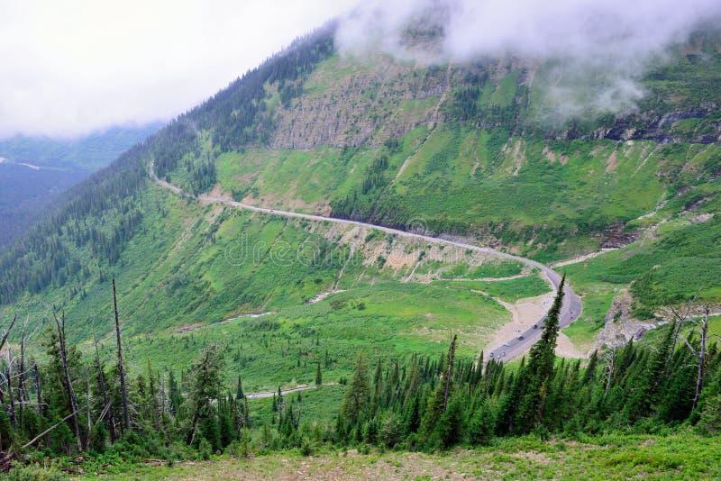 Indo à estrada do sol no parque nacional de geleira, montana foto de stock