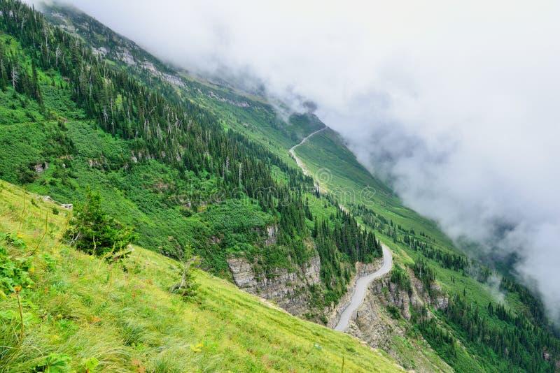 Indo à estrada do sol no parque nacional de geleira, montana fotografia de stock