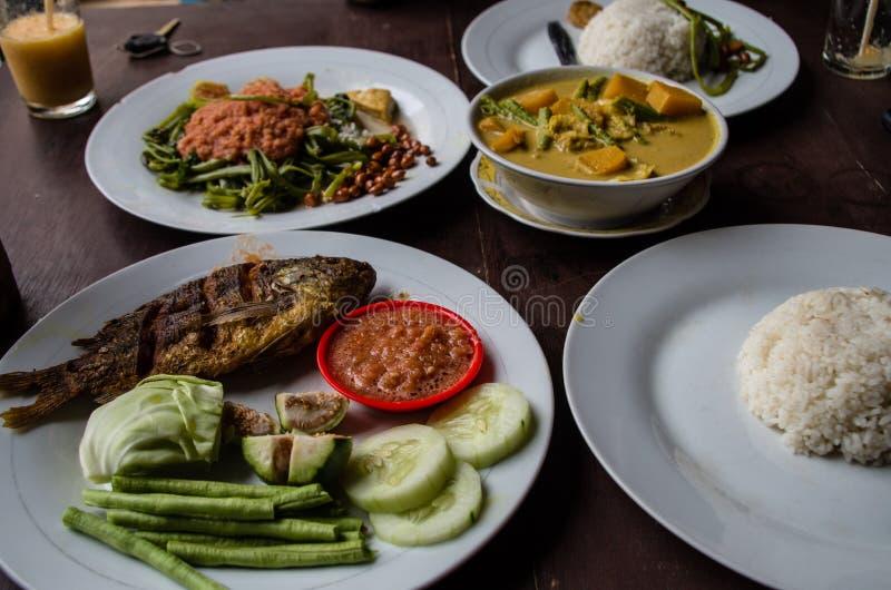 Indo jedzenie: Kankung plecing korzennego wodnego szpinaka naczynie, Ikan goreng smażącej ryba i kare curry'ego, obraz stock