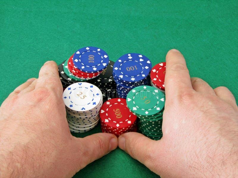 Indo tudo dentro com a pilha de microplaquetas de póquer fotos de stock