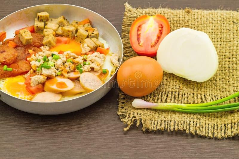 Indochina cacerola-frió el huevo con adorna (los tomates, chile, la pimienta, fotografía de archivo