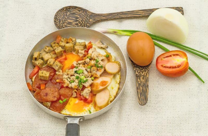Indochina cacerola-frió el huevo con adorna (los tomates, chile, la pimienta, fotografía de archivo libre de regalías
