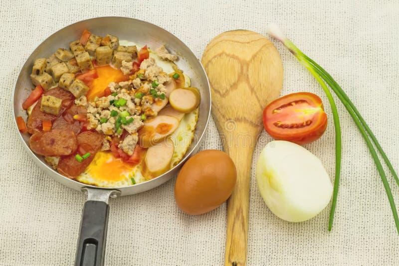 Indochina cacerola-frió el huevo con adorna (los tomates, chile, la pimienta, imagenes de archivo