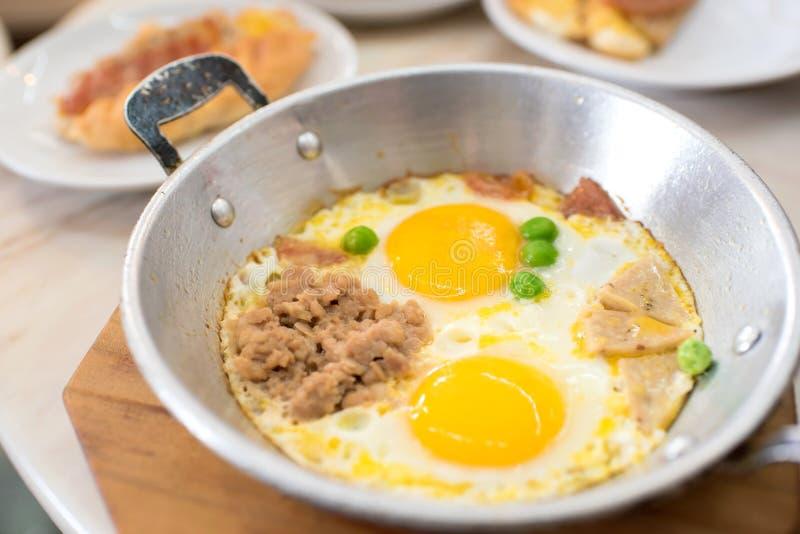 Indochina cacerola-frió el huevo con cerdo y desmoches imagen de archivo