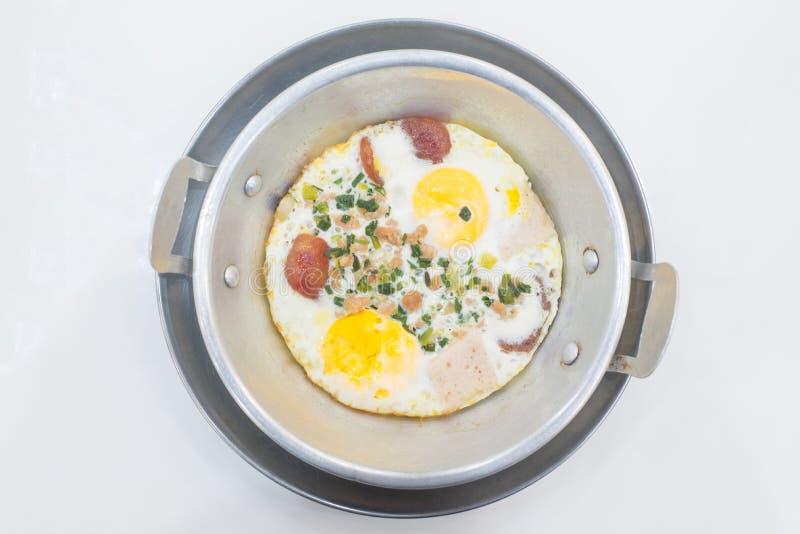 Indochina cacerola-frió el huevo con cerdo y desmoches foto de archivo