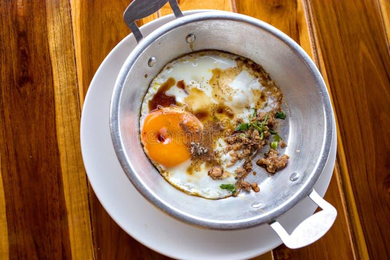 Indochina cacerola-frió el huevo con cerdo y desmoches foto de archivo libre de regalías