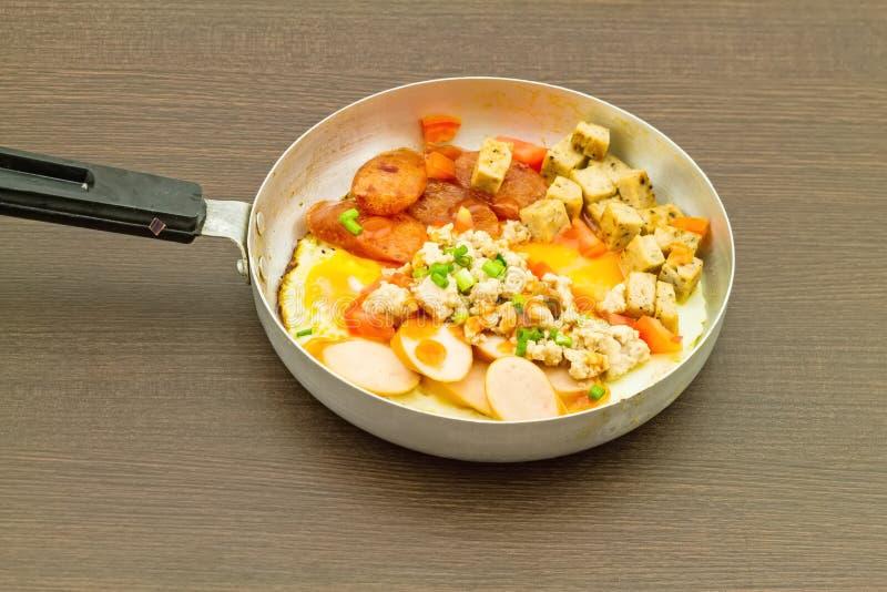 Indochina cacerola-frió el huevo con los desmoches (tomates, chile, pimienta foto de archivo