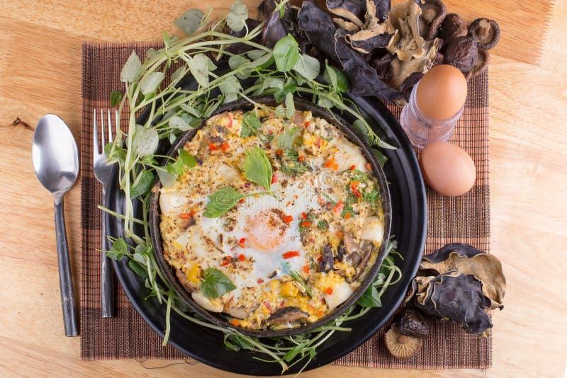 Indochina pan-gebraden ei met bovenste laagjes in mijn eigengemaakte Thaise stijl royalty-vrije stock foto