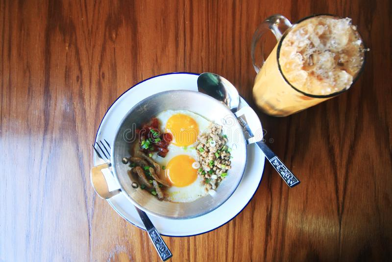Indokina panna-stekte ägget med toppningar i hemlagad thailändsk stil med iskaffe arkivbilder