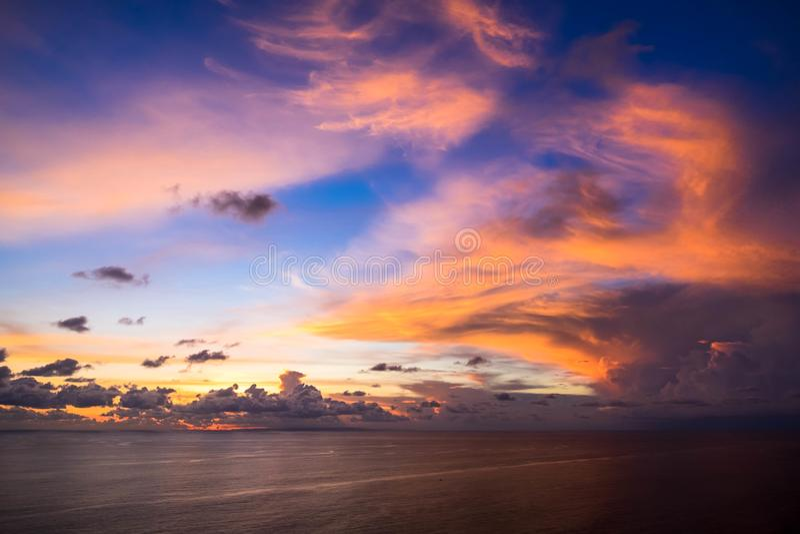 Indonésia, Bali - opinião do céu do por do sol Skyscape foto de stock