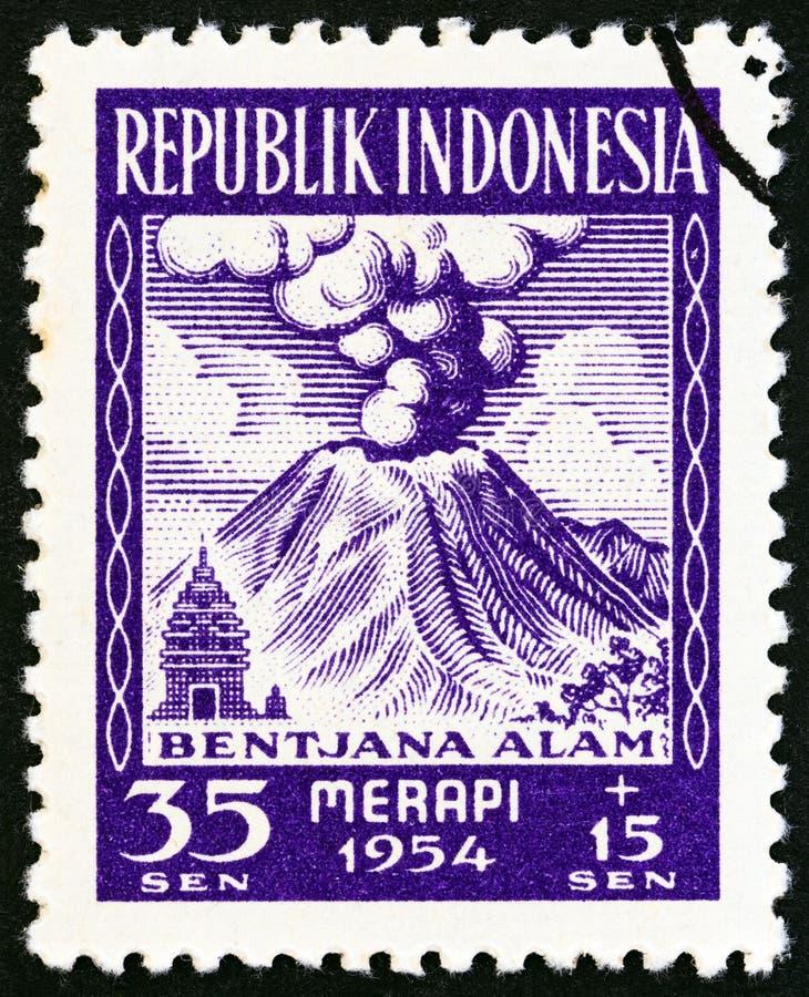 INDONESIË - CIRCA 1954: Een zegel in Indonesië wordt gedrukt toont Merapi-Vulkaan in uitbarsting, circa 1954 die royalty-vrije stock foto's