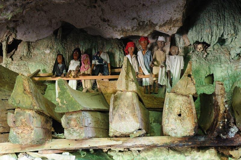 Indonesia, Sulawesi, Tana Toraja, tumba antigua fotografía de archivo