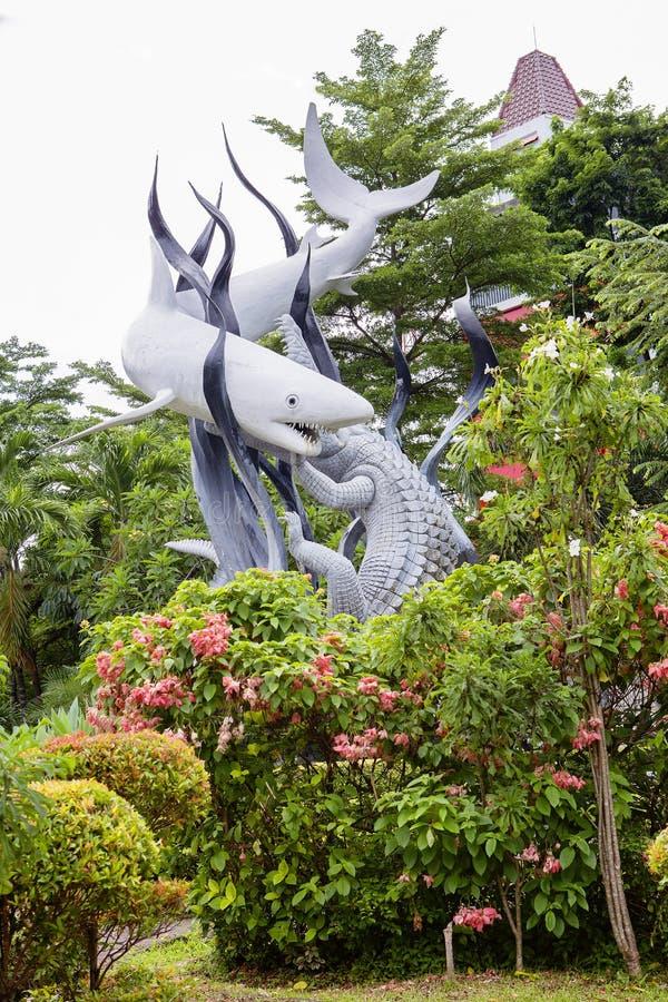 indonesia surabaya ` Del monumento el tiburón y el ` del cocodrilo como el símbolo de Surabaya imágenes de archivo libres de regalías