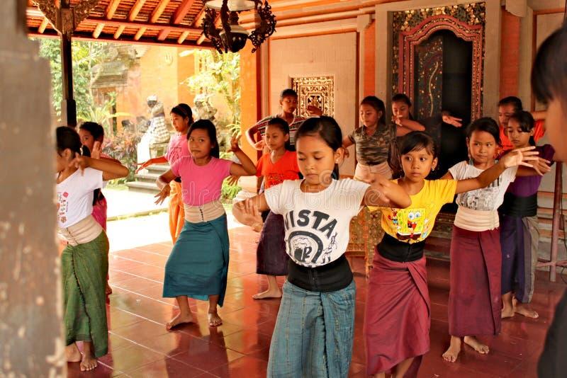 Indonesia, Ubud; 28 de abril de 2013 - los niños aprenden danza tradicional del Balinese fotografía de archivo