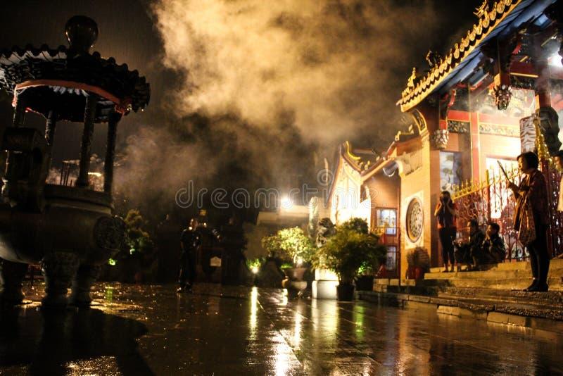 Indonesien Bandung Kina stad - Oktober 15, 2018: Läge för Kina stadtempel på tillfället av det nya året för porslin med kvinnabön arkivbild