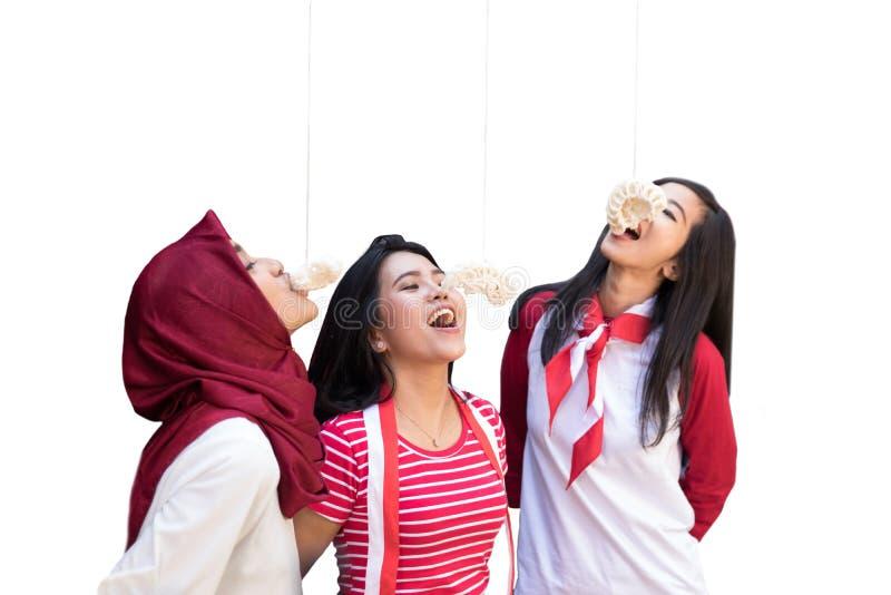 Indonesien-Cracker, die Wettbewerb am Unabhängigkeitstag essen lizenzfreie stockbilder